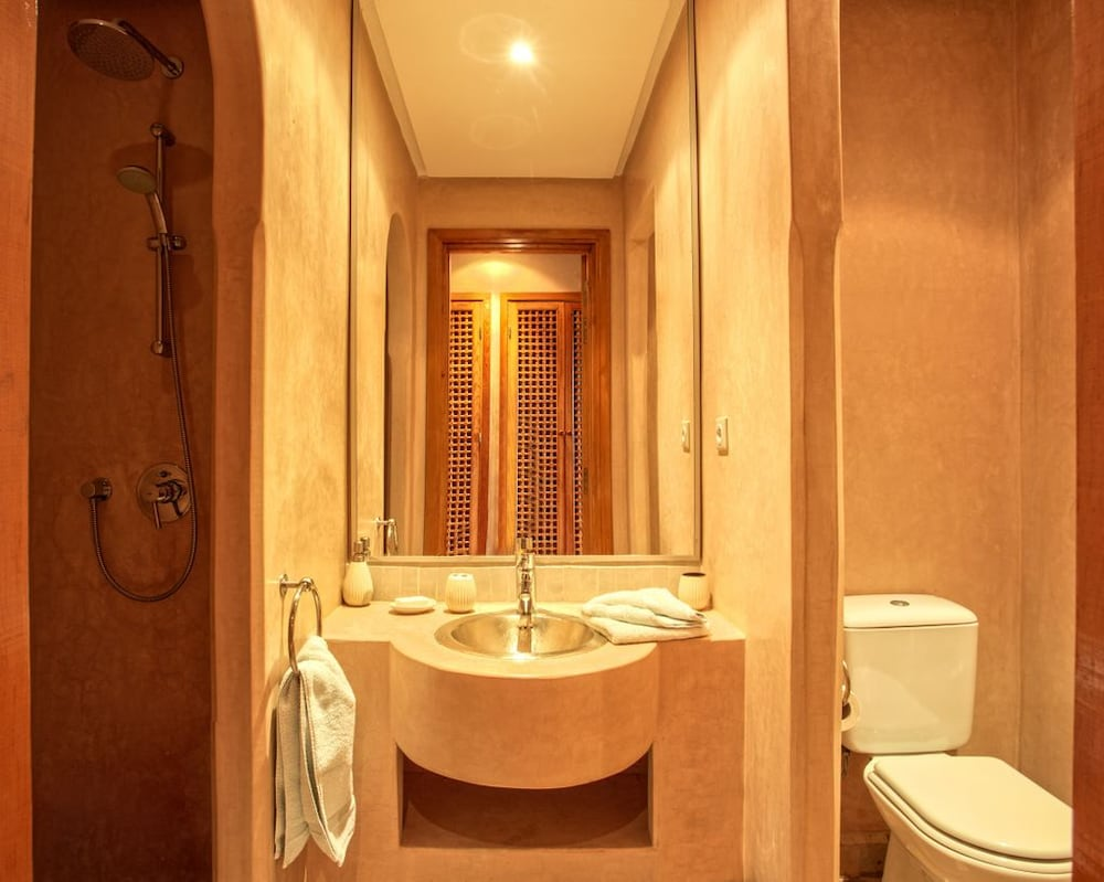 https://i.travelapi.com/hotels/23000000/22150000/22146500/22146407/33cba1f9_z.jpg