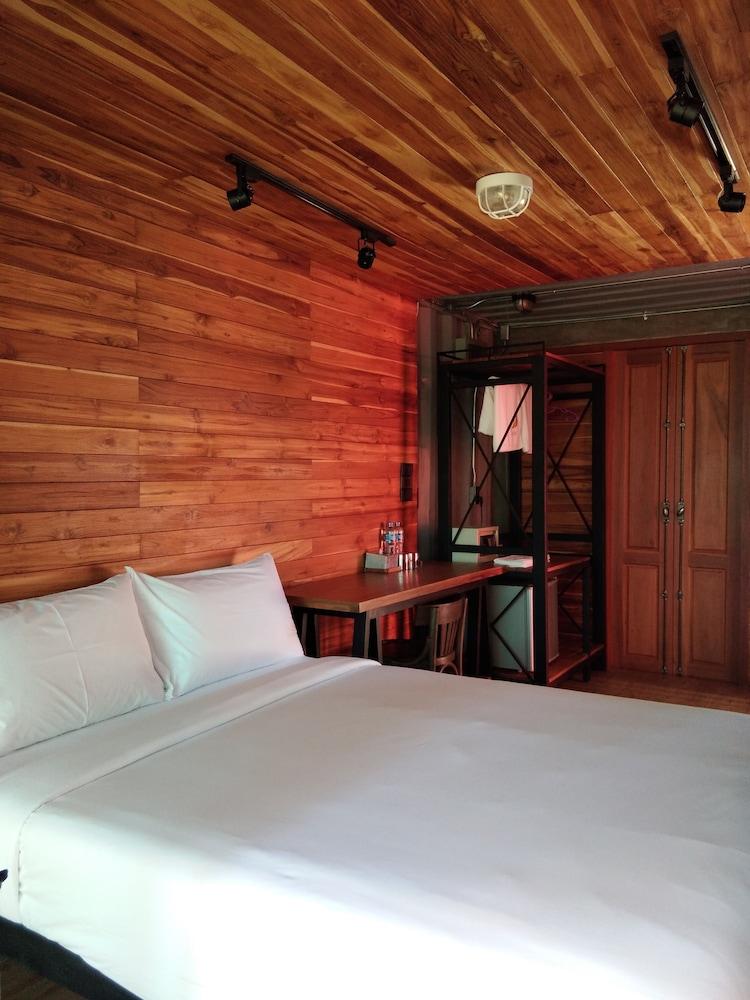 https://i.travelapi.com/hotels/23000000/22160000/22155100/22155033/a1514c6c_z.jpg