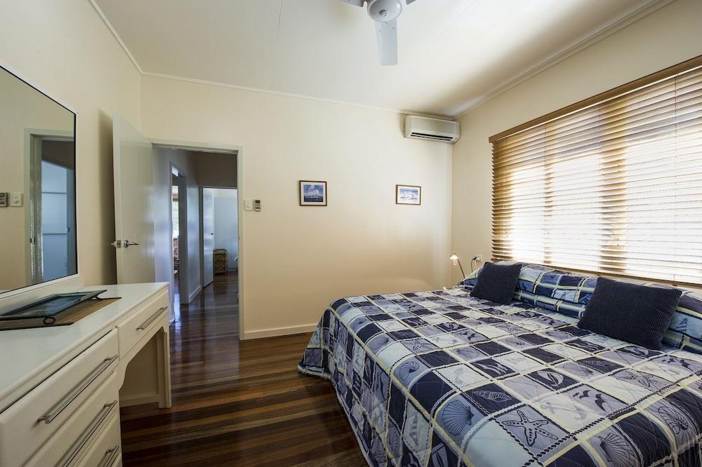 https://i.travelapi.com/hotels/23000000/22190000/22184900/22184815/c7643d4d_z.jpg