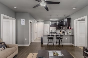 Downtown Dallas 2BR Apts photo