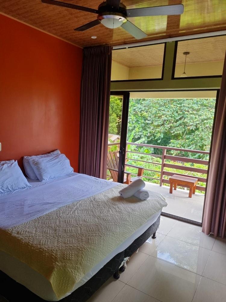 https://i.travelapi.com/hotels/23000000/22220000/22213500/22213420/aefed9aa_z.jpg