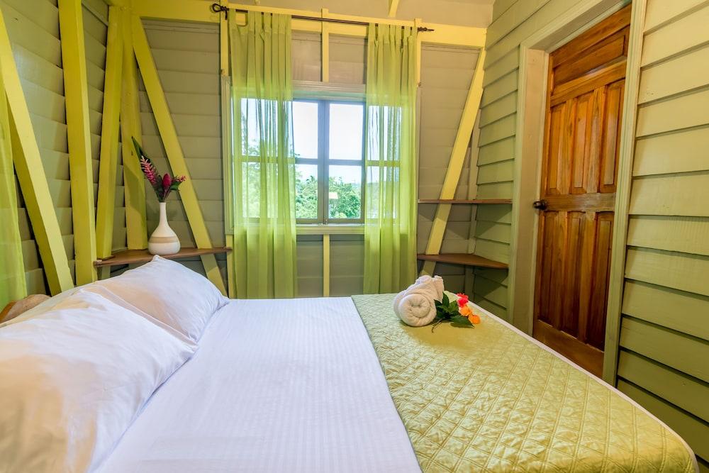 https://i.travelapi.com/hotels/23000000/22220000/22213500/22213420/e01367b3_z.jpg