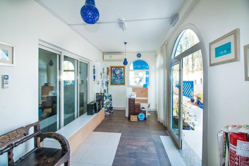 ソクン ア トゥルー エミラティ ハウス バイ ザ ビーチ