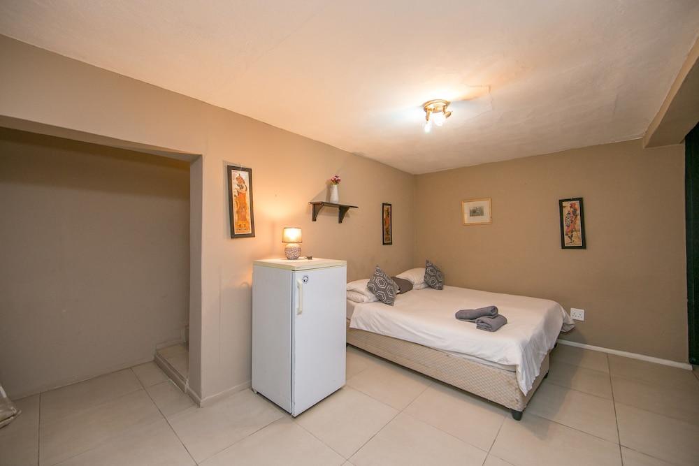 https://i.travelapi.com/hotels/23000000/22240000/22236400/22236316/28bd1e9a_z.jpg