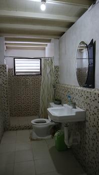 8TH STREET GUESTHOUSE - HOSTEL Bathroom