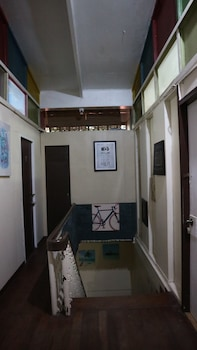 8TH STREET GUESTHOUSE - HOSTEL Staircase
