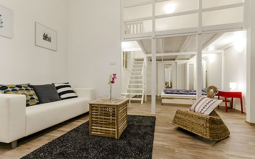 Clove Apartment, Budapesti