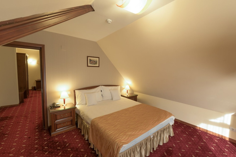 https://i.travelapi.com/hotels/23000000/22300000/22297300/22297282/a0aaab00_z.jpg