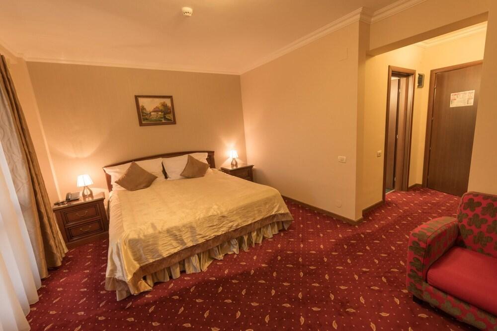 https://i.travelapi.com/hotels/23000000/22300000/22297300/22297282/b920ee85_z.jpg