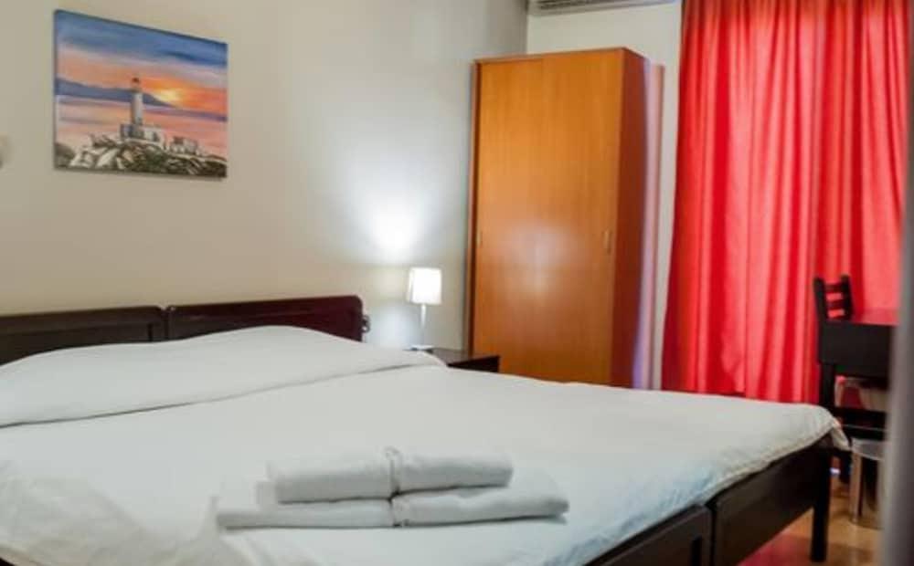 https://i.travelapi.com/hotels/23000000/22330000/22327700/22327700/2331236a_z.jpg