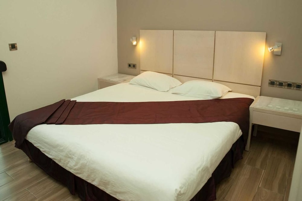 https://i.travelapi.com/hotels/23000000/22330000/22327700/22327700/2cc71075_z.jpg