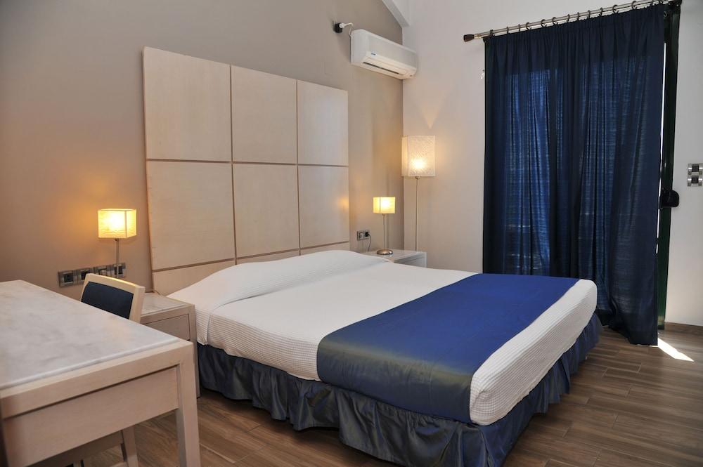 https://i.travelapi.com/hotels/23000000/22330000/22327700/22327700/4eebf395_z.jpg