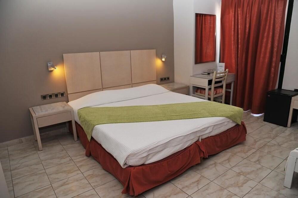 https://i.travelapi.com/hotels/23000000/22330000/22327700/22327700/5e99589e_z.jpg