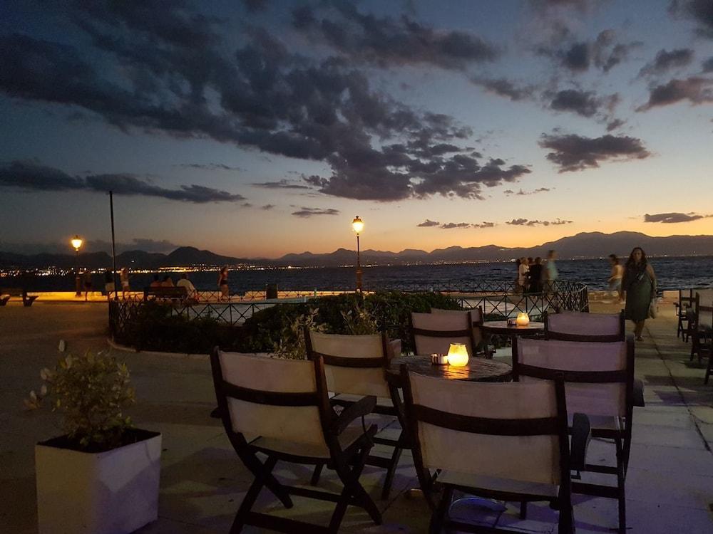 https://i.travelapi.com/hotels/23000000/22330000/22327700/22327700/de4c19f2_z.jpg