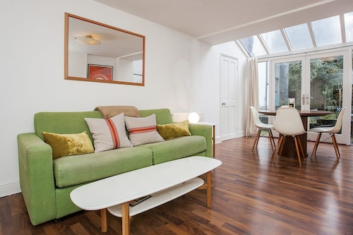 Modern 2 Bed Garden Flat, St Johns Wood, London