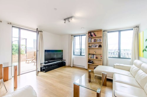 Stunning 2 Bed Flat w/ Terrace Next to Kings Cross, London