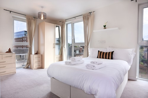 Greenwich Two Bed Flat, with Pool &Parking, London