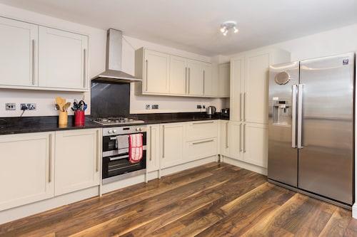 3 Bedroom House near Colliers Wood Sleeps 6, London
