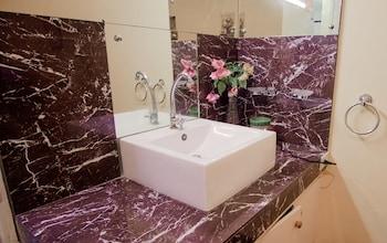 COOL MARTIN RESORT HOTEL Bathroom Sink
