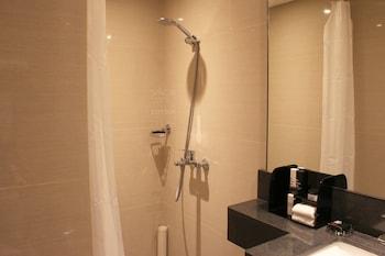 SAVOY HOTEL MANILA Bathroom