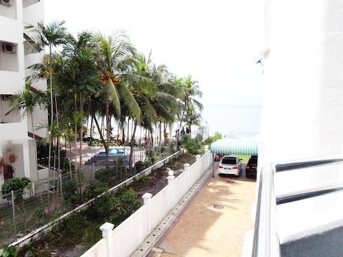 Home Away - Spacious Beachfront 2200sqft Vacation Home, Pulau Penang