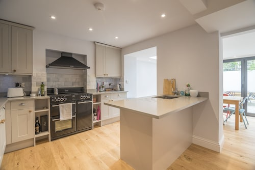 Bright Family Home in Angel with Patio, Islington