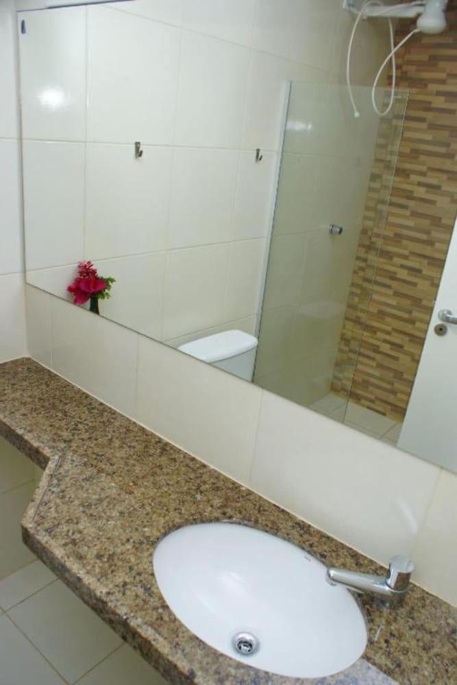 https://i.travelapi.com/hotels/23000000/22680000/22670600/22670589/aac35c83_z.jpg