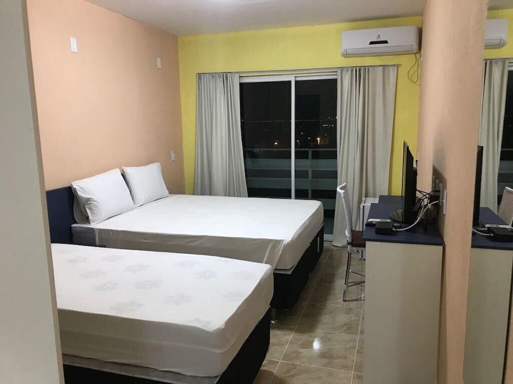 https://i.travelapi.com/hotels/23000000/22680000/22671200/22671151/c58d970a_z.jpg