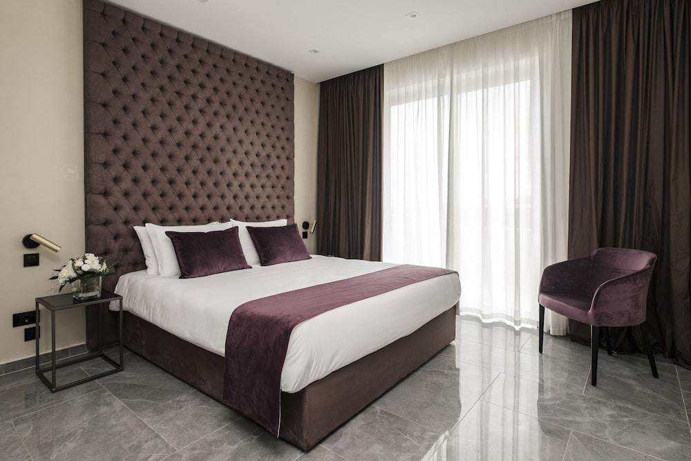 https://i.travelapi.com/hotels/23000000/22690000/22681400/22681365/3e74517d_z.jpg