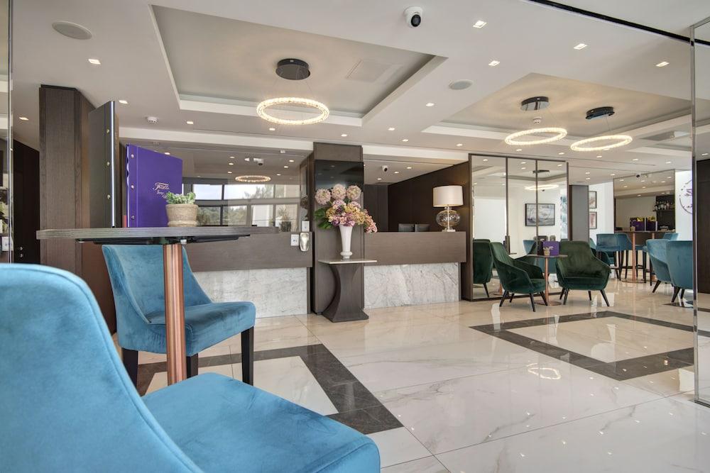 https://i.travelapi.com/hotels/23000000/22690000/22681400/22681365/4e577363_z.jpg