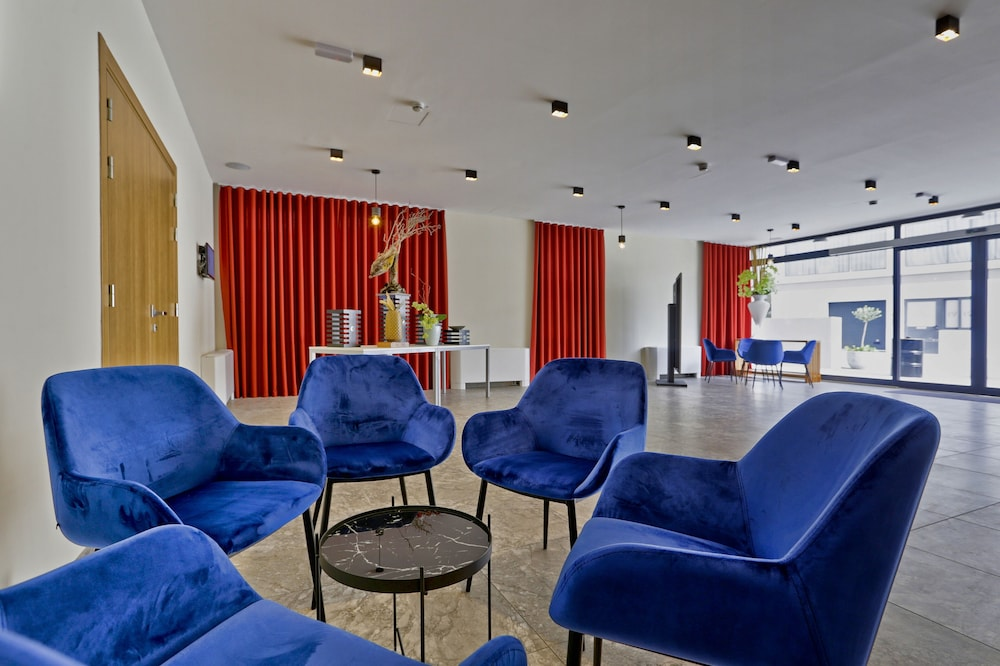 https://i.travelapi.com/hotels/23000000/22690000/22681400/22681365/aeb4fff2_z.jpg