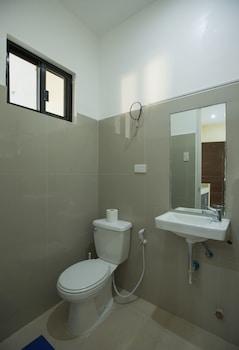 SPACIOUS PRIVATE APARTMENT AT LAORENZA RESIDENCES Bathroom