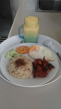 SPACIOUS PRIVATE APARTMENT AT LAORENZA RESIDENCES Breakfast Meal