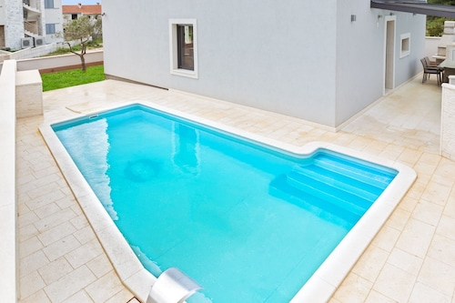 A Modern, 3-bedroom House in Vodice With a Swimming Pool and Wifi 800m, Vodice