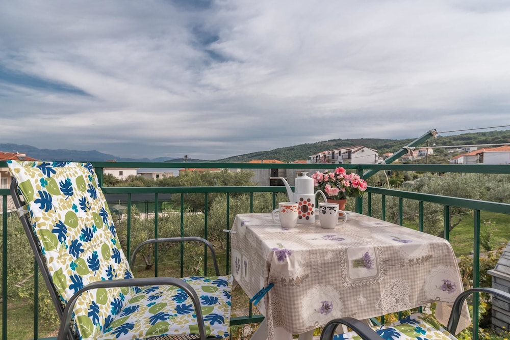 Apartment With 2 Bedrooms in Slatine, With Enclosed Garden and Wifi - 100 m From the Beach