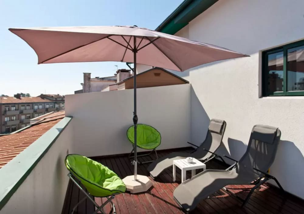Modern 1-bedroom Apartment Just Outside of Porto With 2 Terraces and Views of the City and Sea!