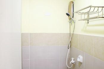 ZEN ROOMS GREENFIELDS INN BOHOL Bathroom Shower