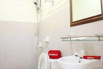 ZEN ROOMS GREENFIELDS INN BOHOL Bathroom