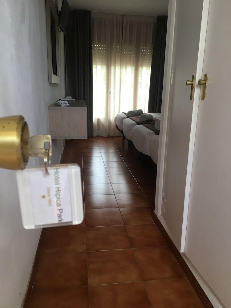 https://i.travelapi.com/hotels/23000000/22740000/22736800/22736771/4b950372_z.jpg