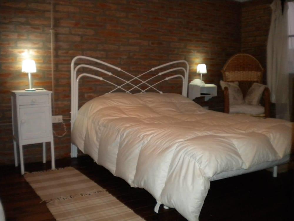 https://i.travelapi.com/hotels/23000000/22760000/22755300/22755212/4d0db5bd_z.jpg