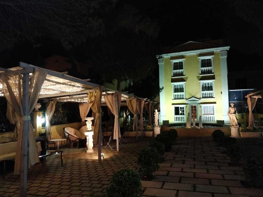 https://i.travelapi.com/hotels/23000000/22790000/22788100/22788079/c7642e13_z.jpg