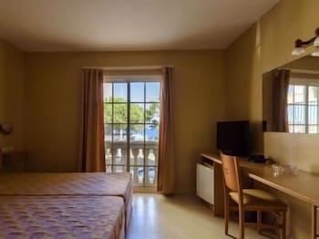 https://i.travelapi.com/hotels/23000000/22790000/22788100/22788079/ecfe067f_b.jpg