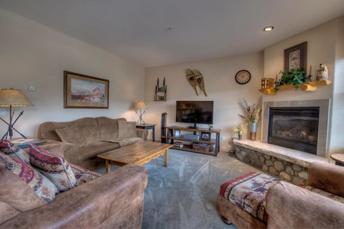The Cozy Corral - Private Hot Tub, Walk to Town, Summit