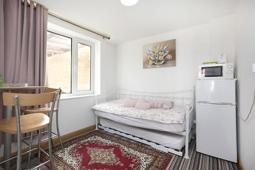 Garden house Self contained Annexe, Nottingham