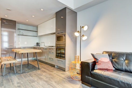 Suite Digs Mark on 10th, Division No. 6