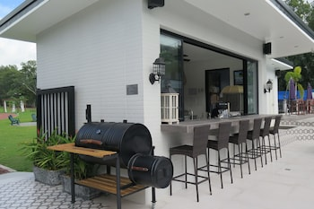 THE MANSION BBQ/Picnic Area