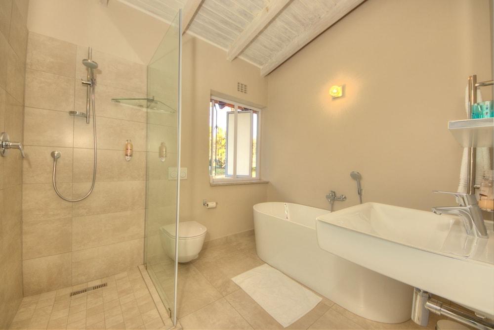 https://i.travelapi.com/hotels/23000000/22950000/22949500/22949429/0af7ad0d_z.jpg