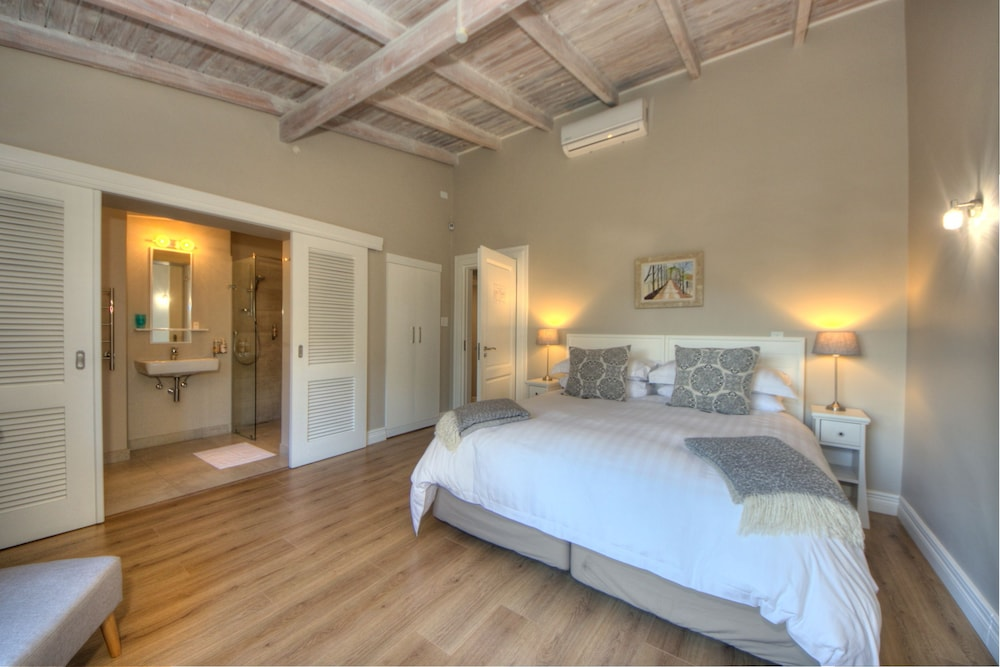 https://i.travelapi.com/hotels/23000000/22950000/22949500/22949429/0e25aa67_z.jpg