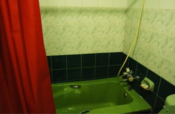 TAVER'S PENSION HOUSE Deep Soaking Bathtub
