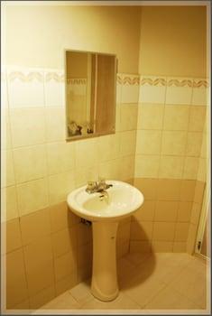 TAVER'S PENSION HOUSE Bathroom Sink